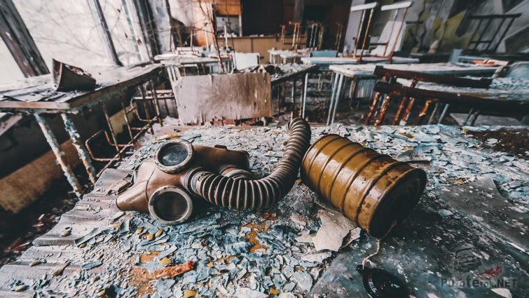 Забытый противогаз в заброшенной школе