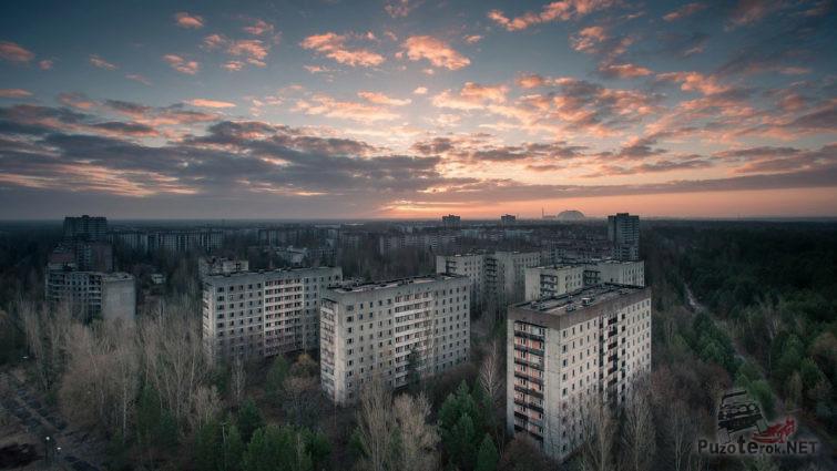 Закат над руинами Припяти