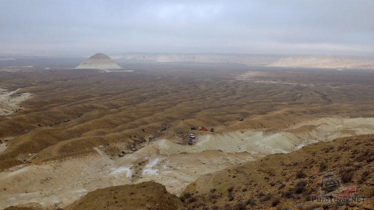 Автотуристы на зимней панораме полуострова