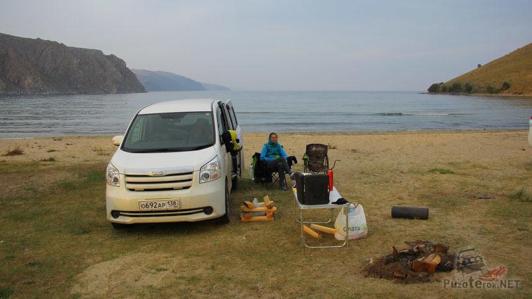 Автотуристы разбили лагерь на берегу Байкала