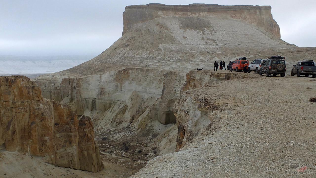 Автотуристы в зимней пустыне