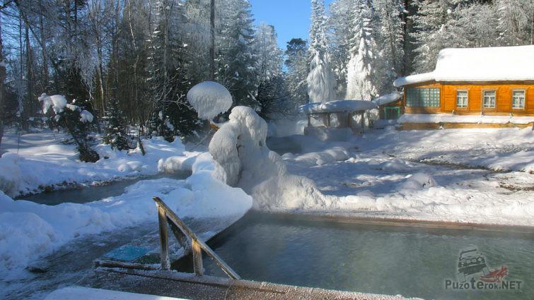 Бассейн оздоровительного курорта зимой