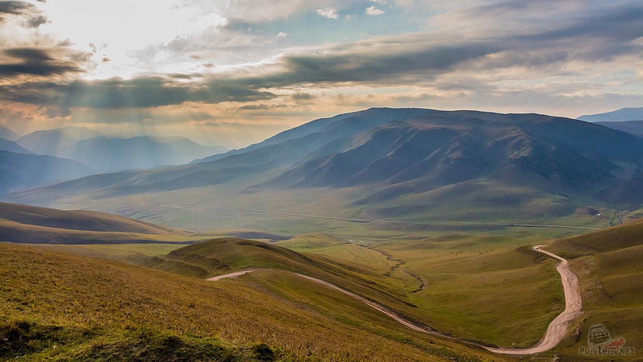 Дорога на плато в лучах солнца
