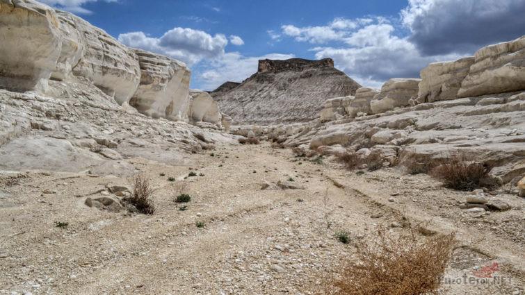 Дорога по дну ущелья среди меловых скал