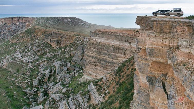 Два внедорожника на краю скалы