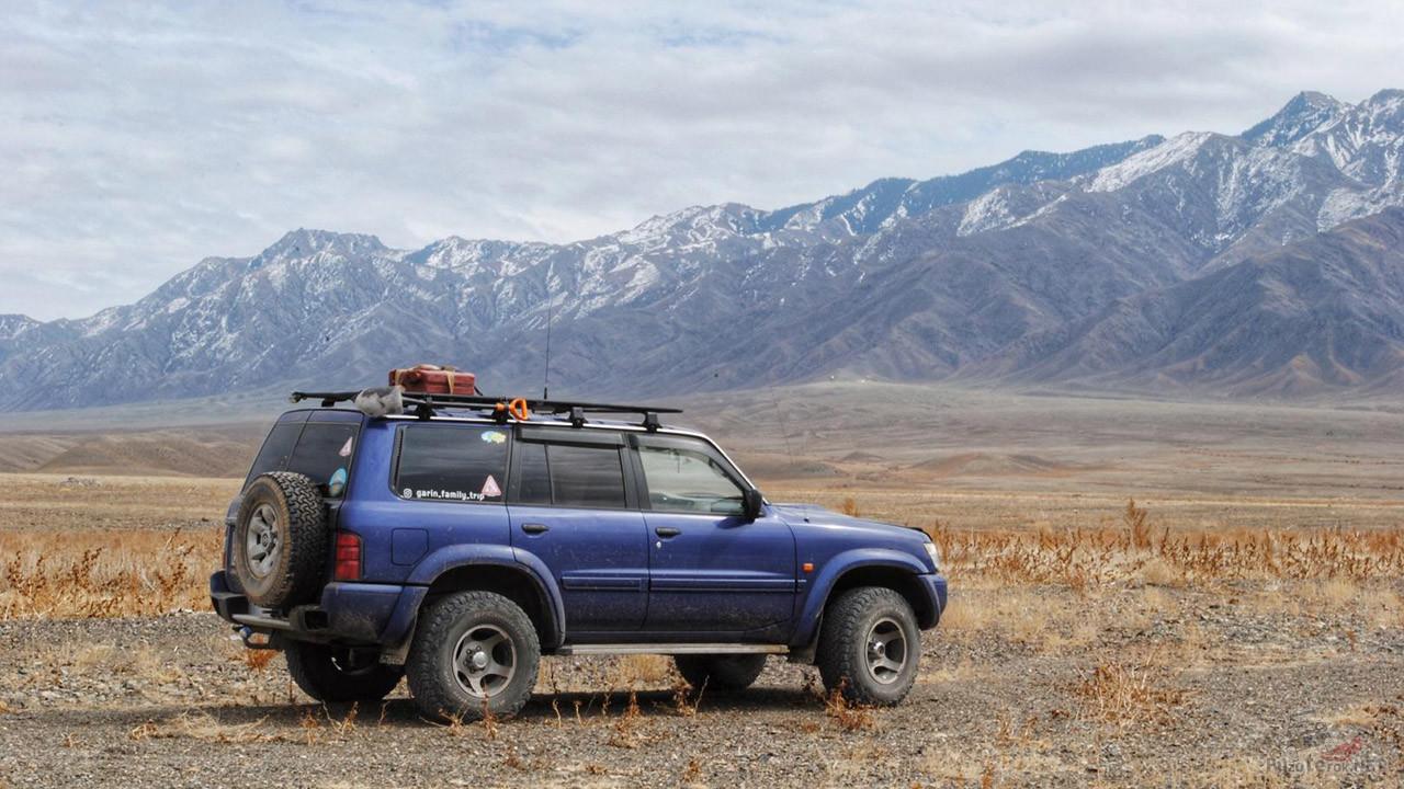 Экспедиционный внедорожник на фоне гор