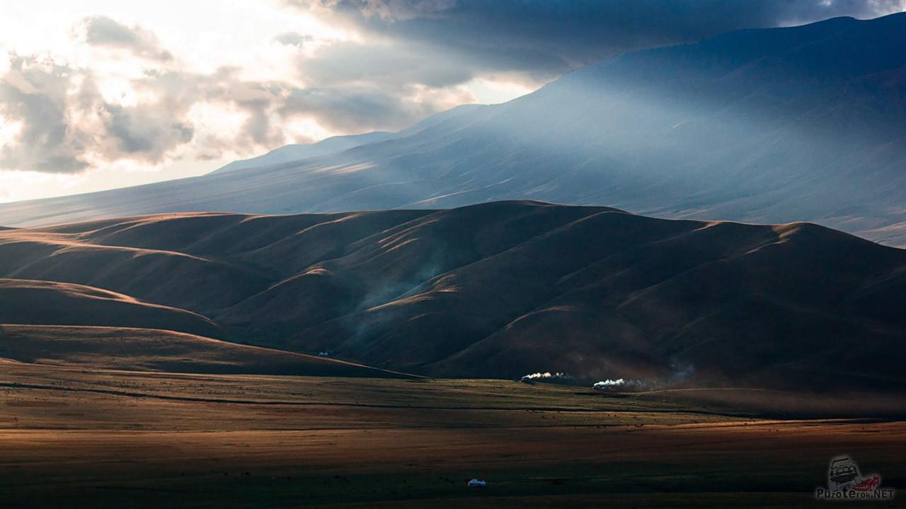 Игра света и тени на склоне горы