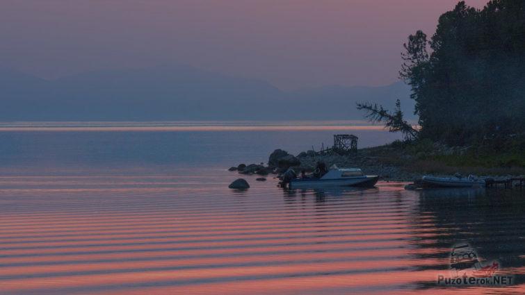 Катера в вечерних водах Байкала