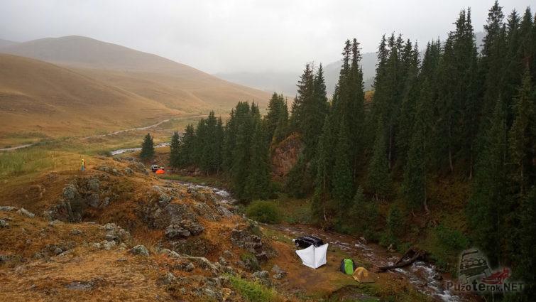 Лагерь автотуристов на берегу горной речки