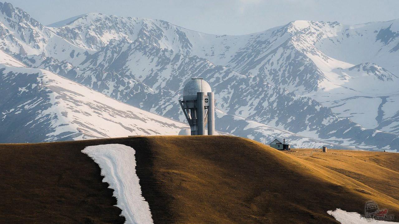 Обсерватория на фоне зимнего пейзажа