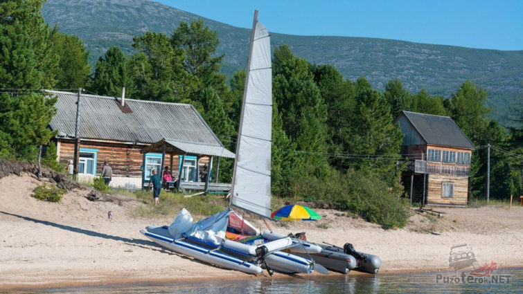 Парусная лодка на берегу Байкала