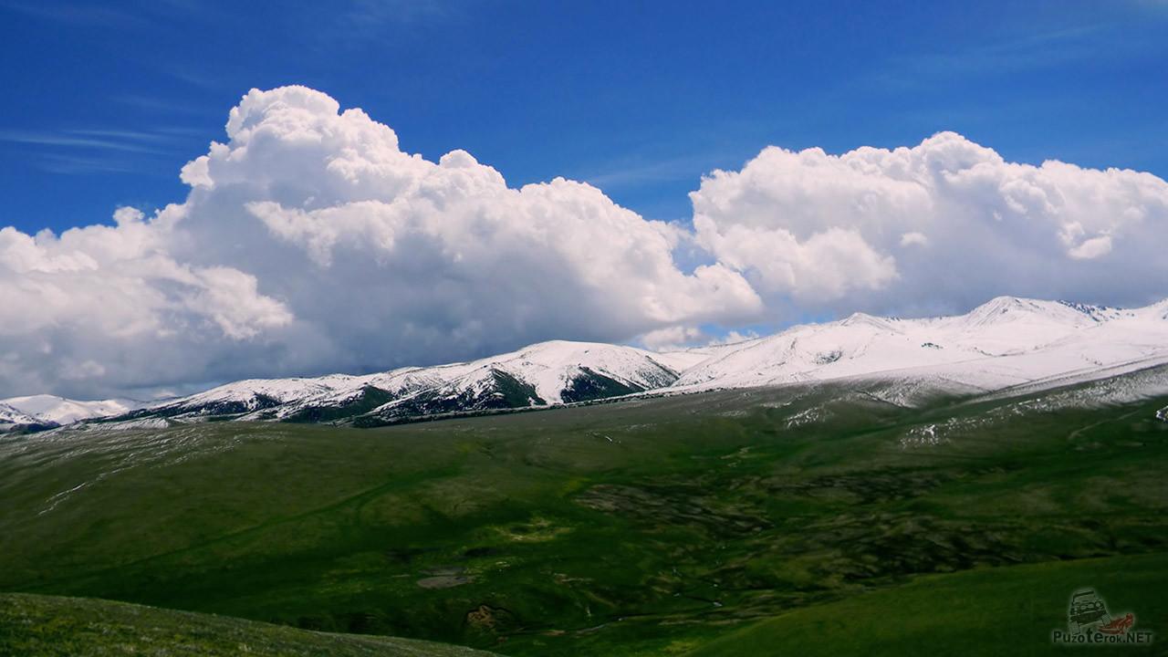 Пышные облака над жемчужной вершиной горы
