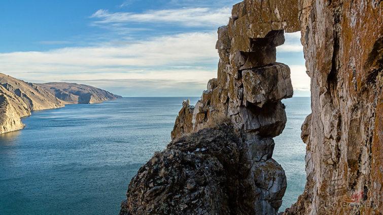 Скала Арка над байкальской бухтой