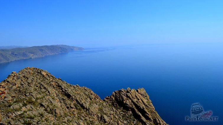 Скала над бухтой озера Байкал