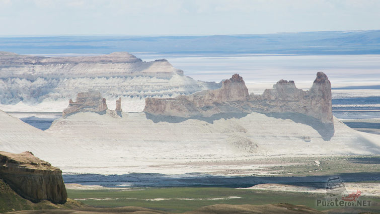 Скальные замки на берегу Каспийского моря