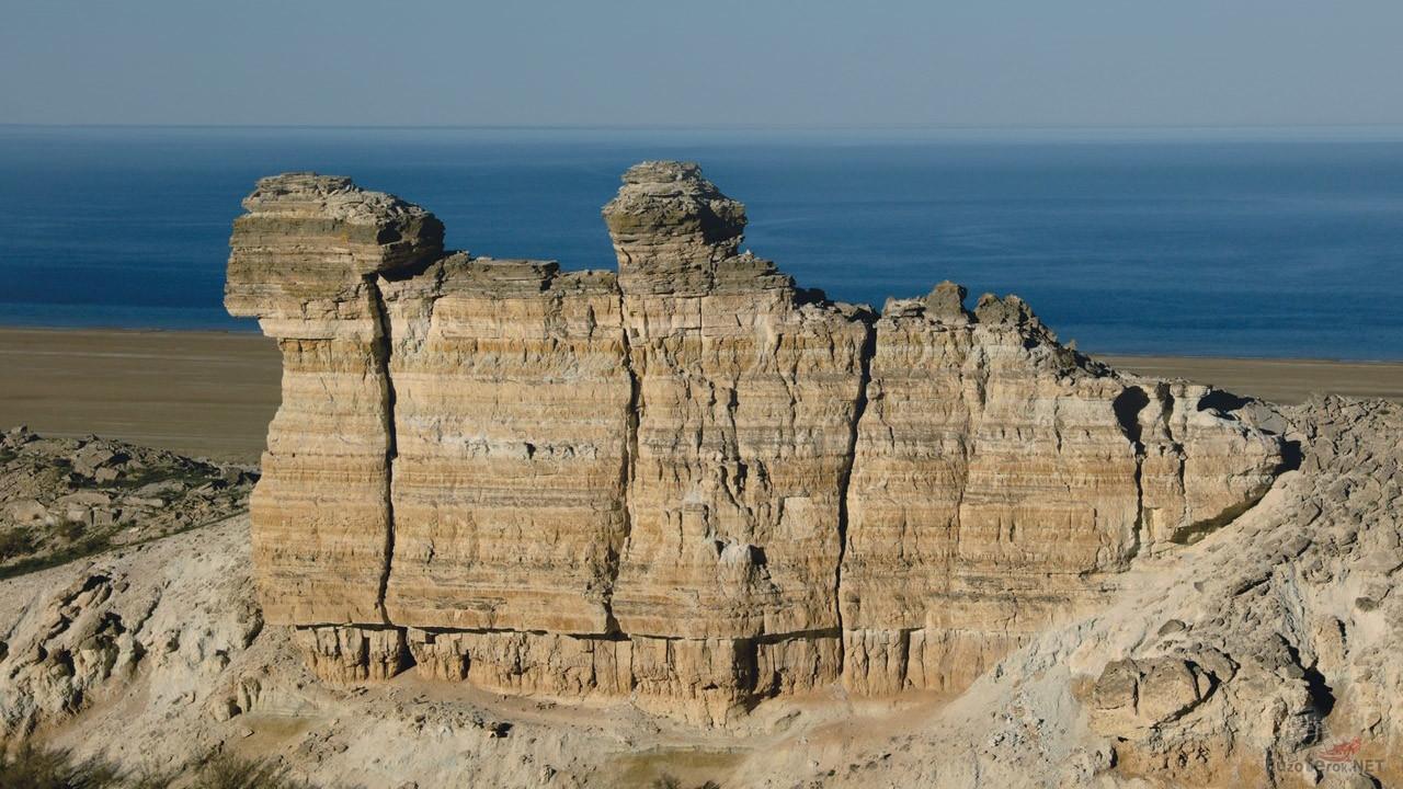 Скалы на фоне Аральского моря