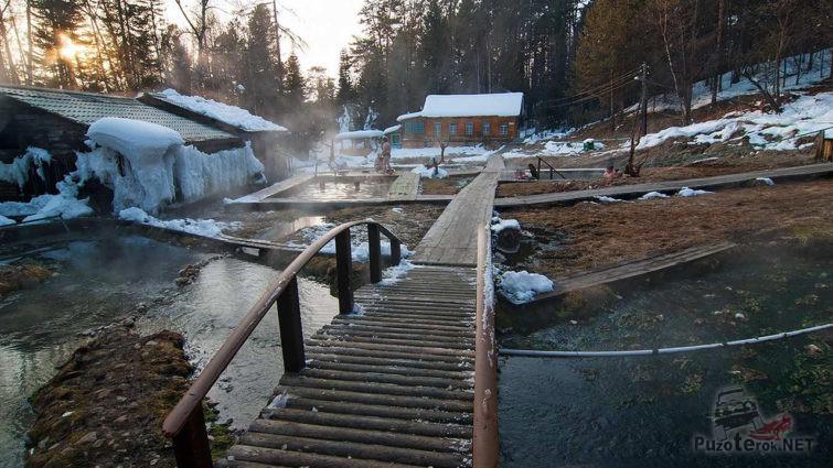 Снег вокруг бассейнов с термальной водой