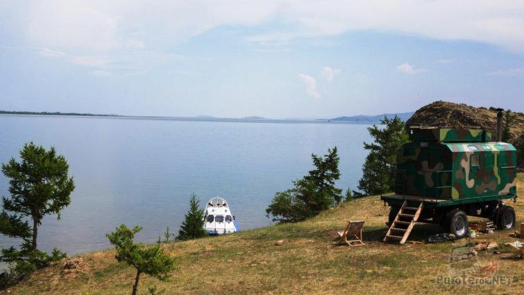 Стихийный авто кемпинг и катер у берега озера