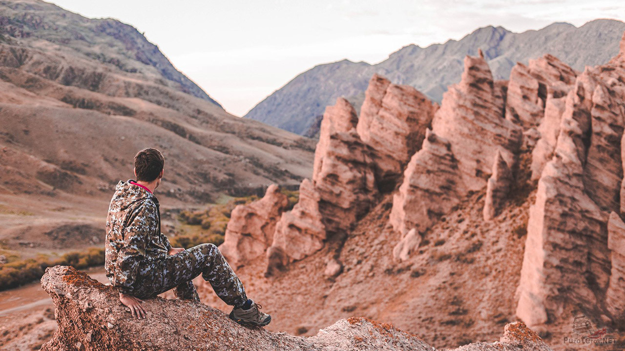 Турист на краю красных скал