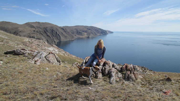 Туристка с собакой над озером Байкал