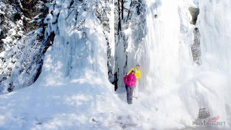 Туристки в зимнем курорте Хакусы