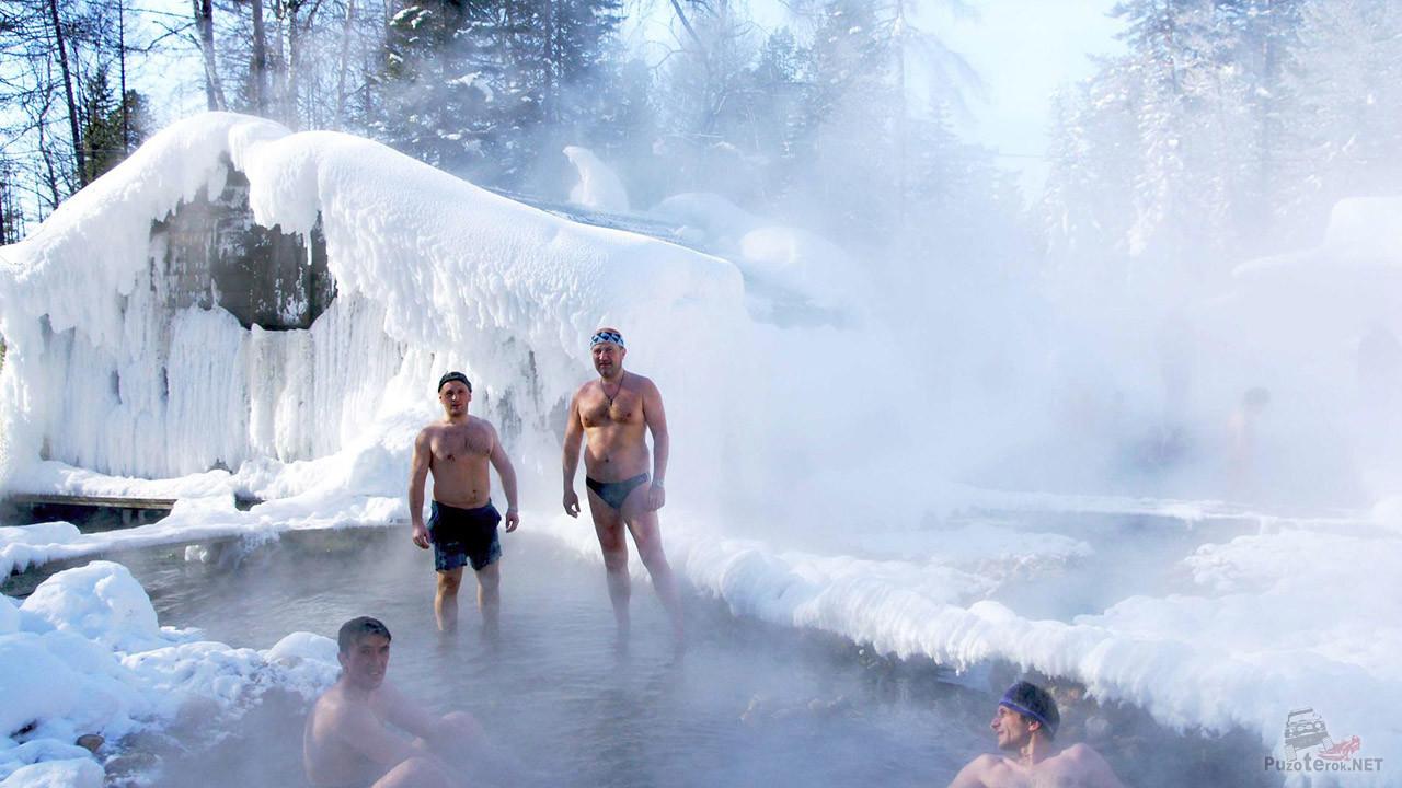 Туристы в зимних термальных источниках