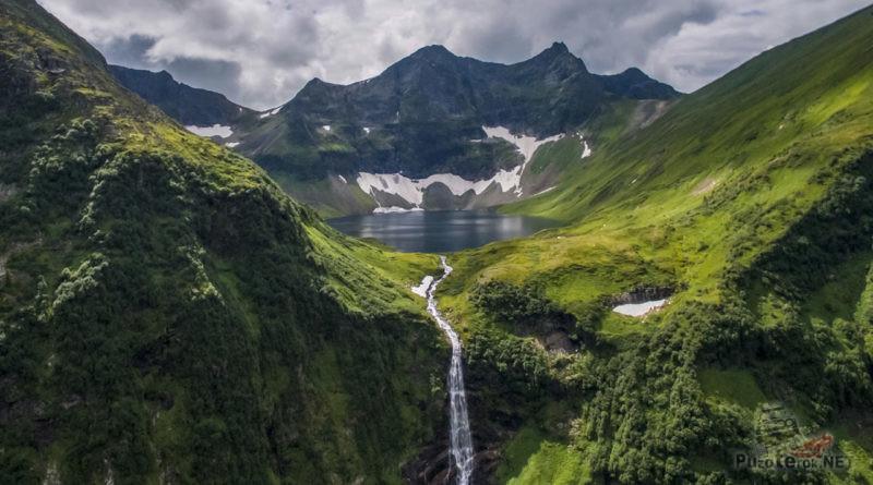 Верхнее Кинзелюкское озеро в изумрудной чаше гор