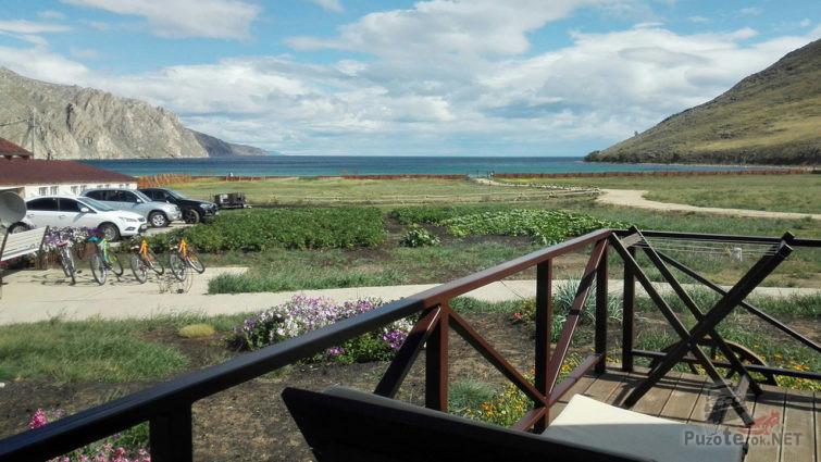 Вид с веранды мини-отеля на парковку и озеро