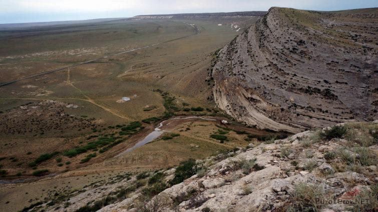 Вид сверху на хребет Емди и степь