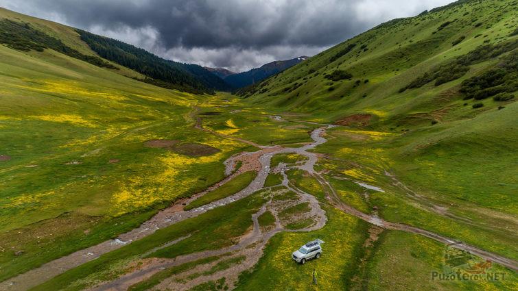 Внедорожник на панораме изумрудной долины