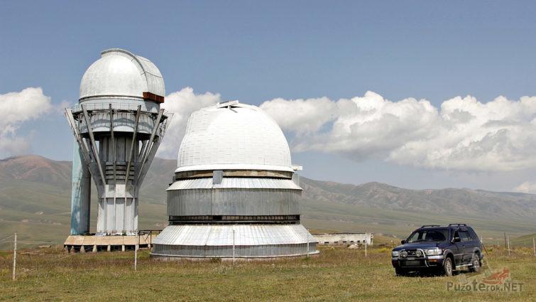 Внедорожник у здания обсерватории
