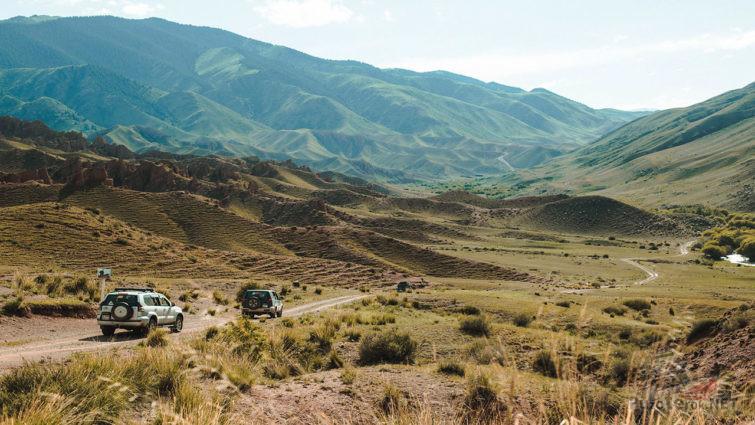 Внедорожники на пути к вершине плато