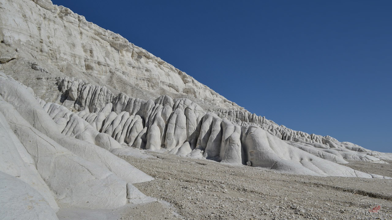 Выжженные добела скалы под солнцем