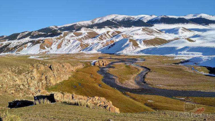 Заснеженные горные вершины