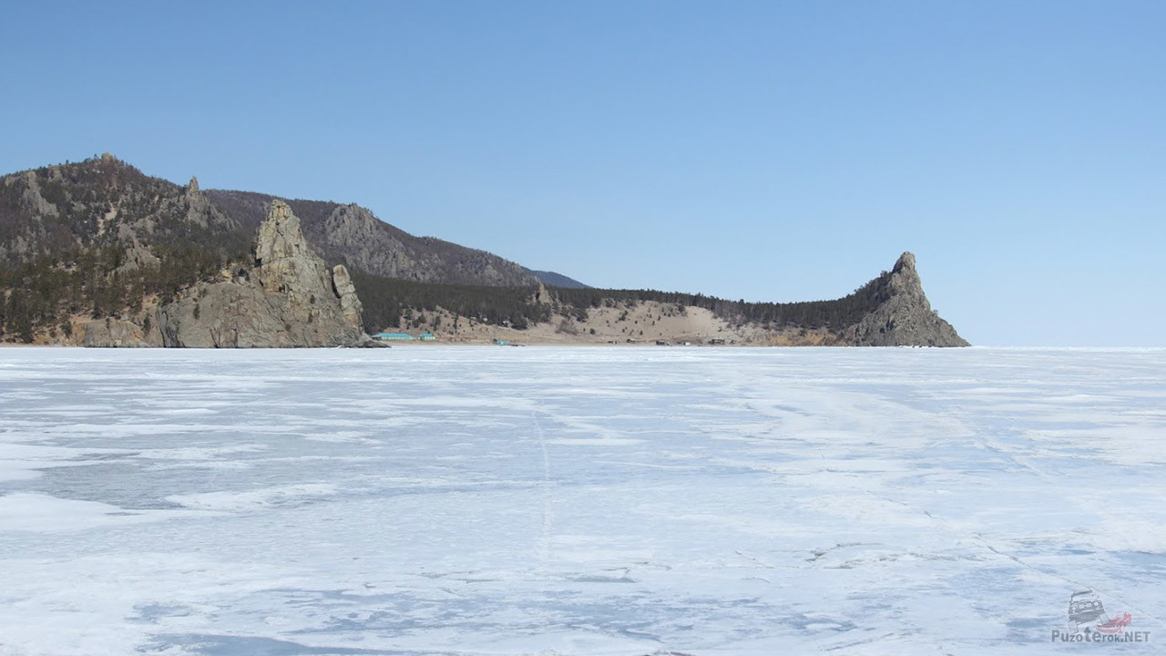 Заснеженный лёд в зимней бухте