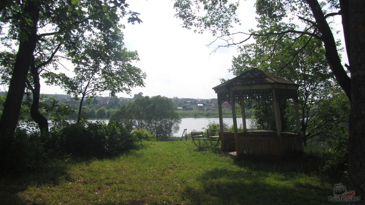 Беседка на берегу реки