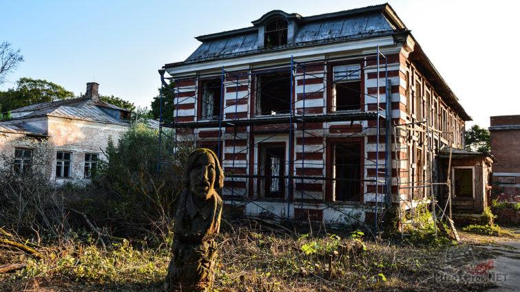 Фигура Гоголя на территории заброшенного пионерлагеря
