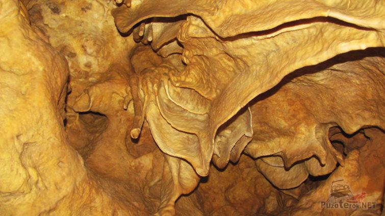Фигурный свод карстовой пещеры