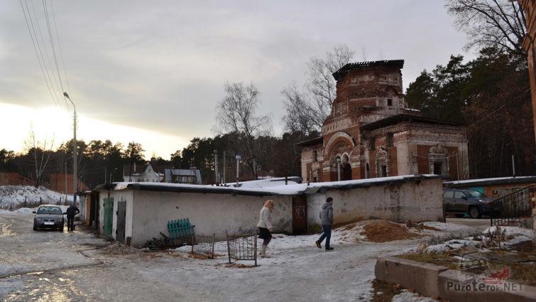 Гаражный кооператив вокруг руин церкви Занарского кладбища