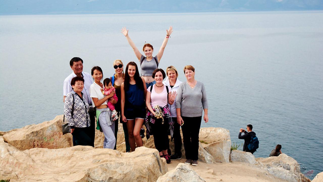 Группа туристов на фоне Байкала