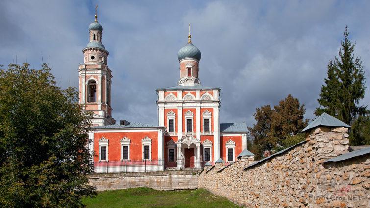 Каменный забор Воздвиженской церкви