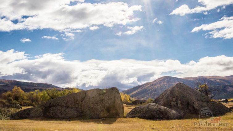 Камни в лучах осеннего солнца