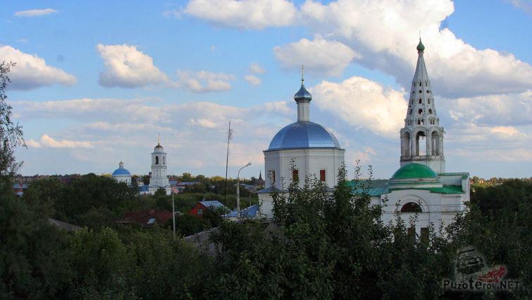 Колокольня Троицкого собора над летней зеленью