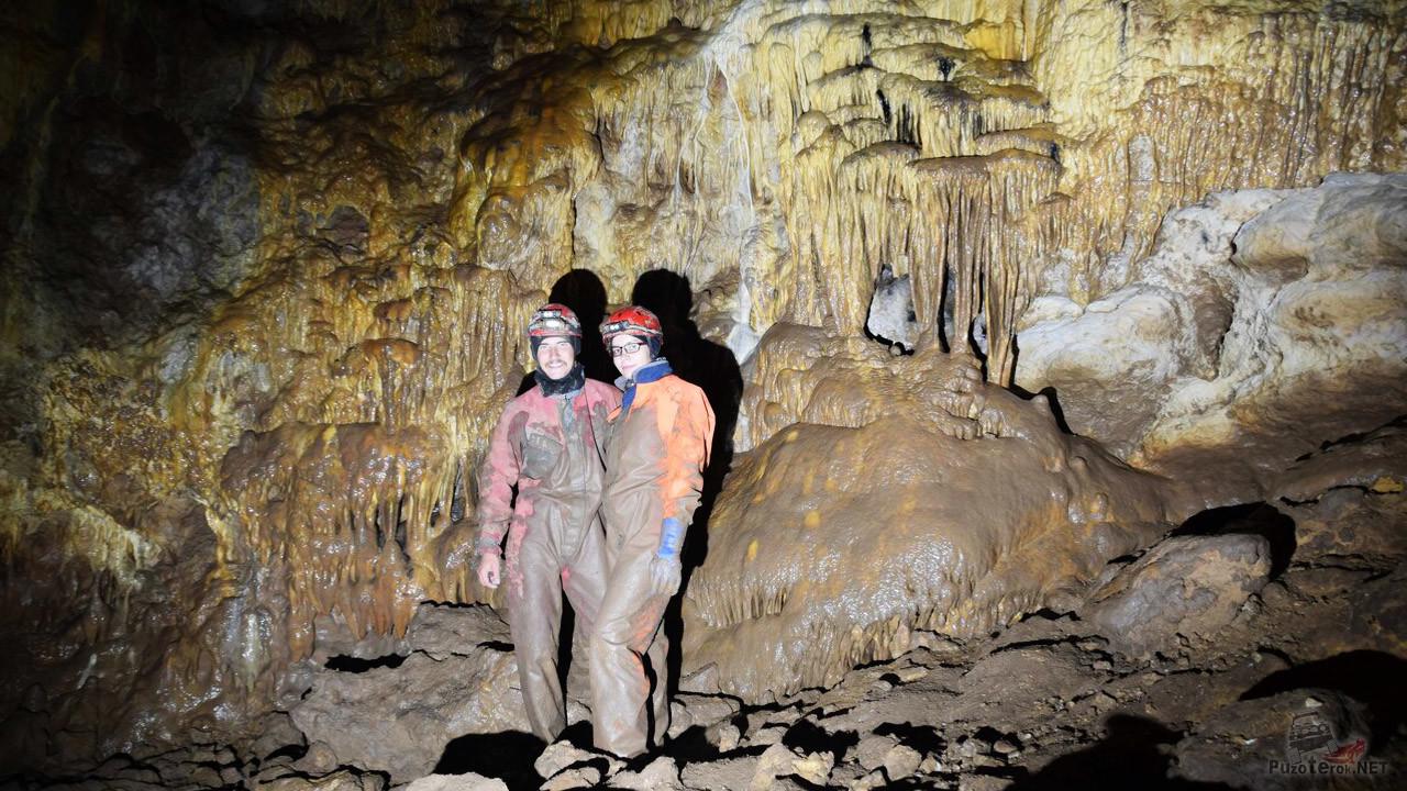 Пара спелеотуристов у застывшего водопада