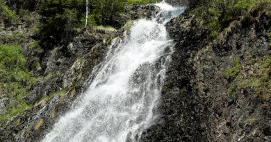 Полноводный Чинжебский водопад