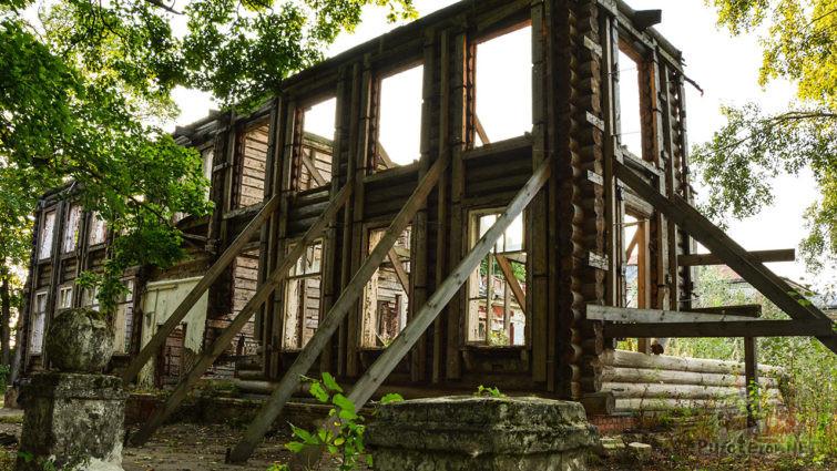 Полуразрушенный двухэтажный сруб