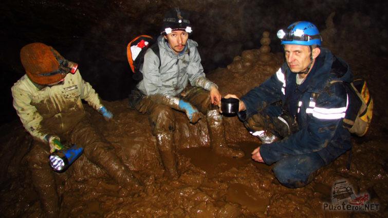 Привал спелеотуристов в одном из глиняных гротов