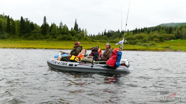 Рыбаки на надувной лодке