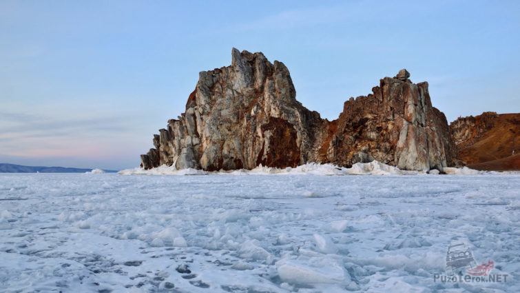 Скала Шаманка над скованным льдом Байкалом