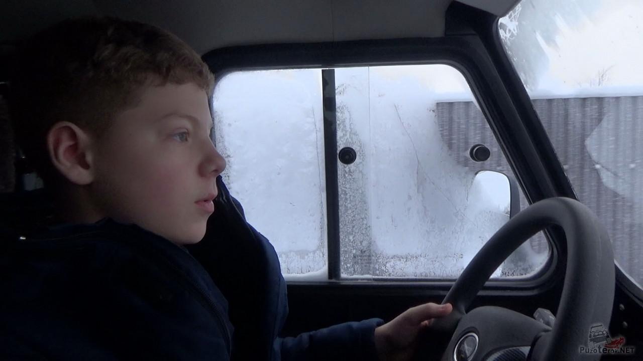 Сын учится ездить на УАЗике